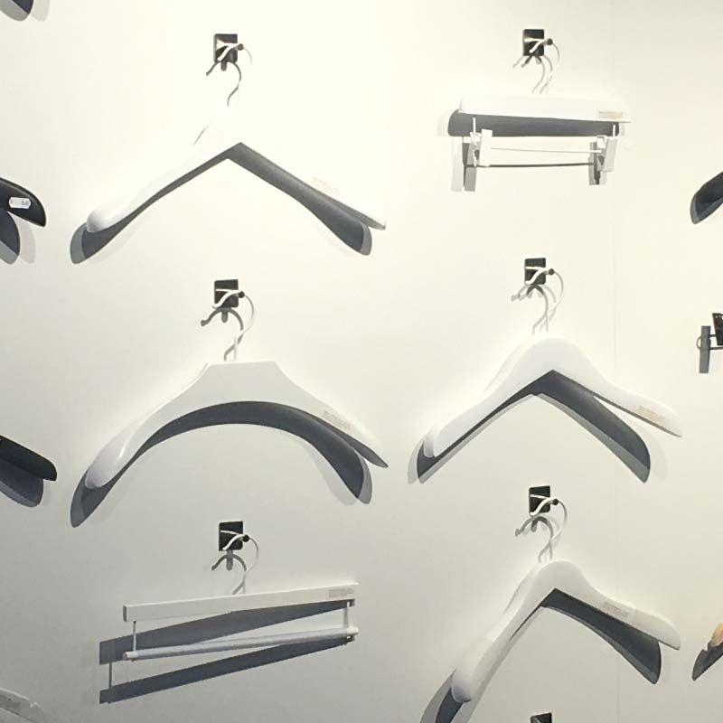 Image 3 : 10 Cintres en bois blanc ...